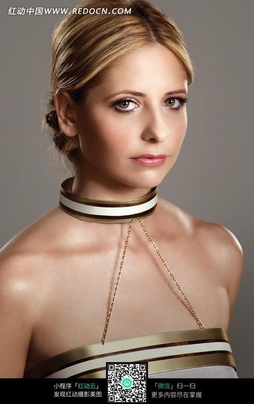 穿吊带衣的外国金发美女图片