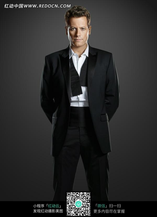 穿黑西装的外国男人