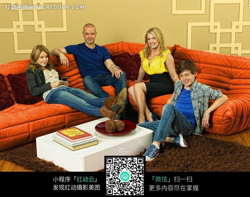 坐在沙发里的外国一家人