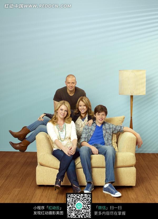 坐在沙发上的外国一家人