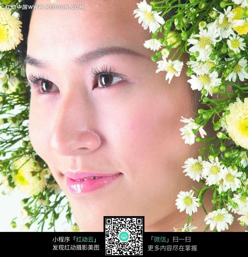 头上戴满菊花的女人图片
