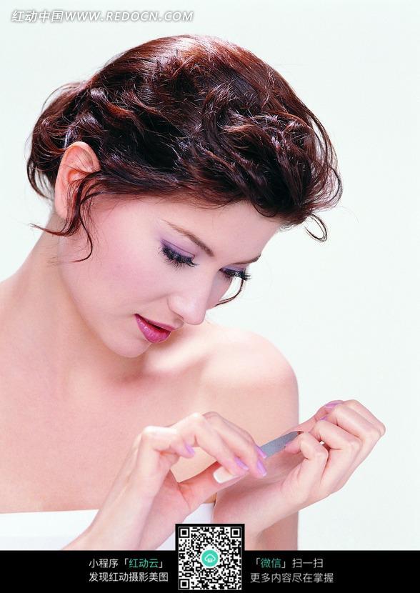 低头修指甲的外国女人图片