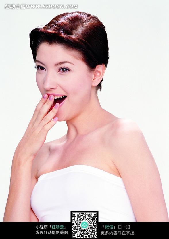 右手放在张开的嘴巴上的外国女人图片
