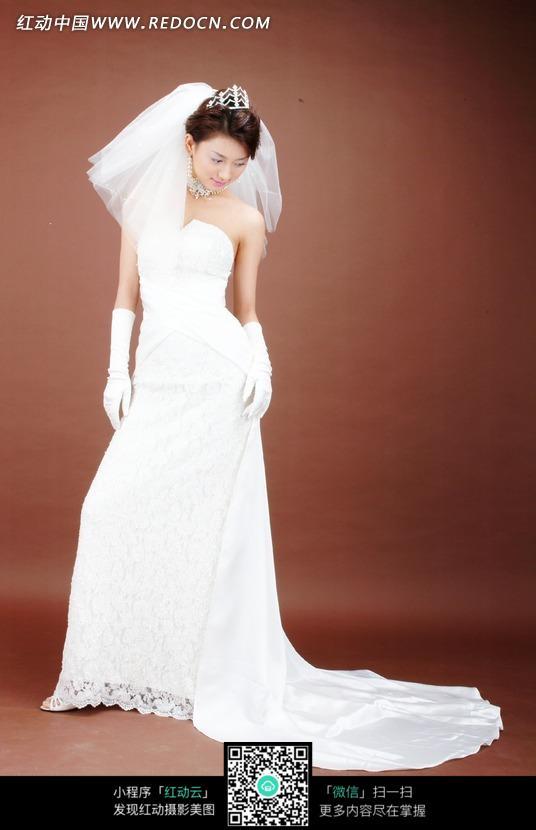 您当前访问素材主题是穿白色婚纱站着低头看的女人,编号是1026833图片