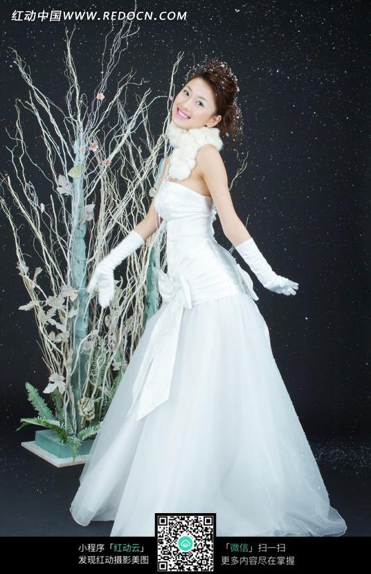 婚纱摄影之红色背景前身 戴着黑色礼帽穿白色婚纱 身穿白色婚纱的新娘