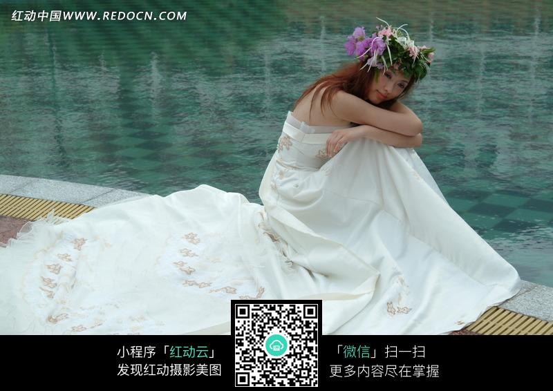 水池边头戴花环身穿婚纱的美女图片