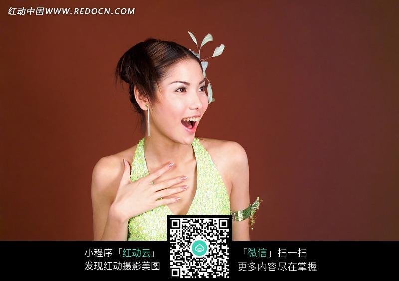 免费素材 图片素材 人物图片 新人情侣 手放胸前张嘴侧看的美女  请您