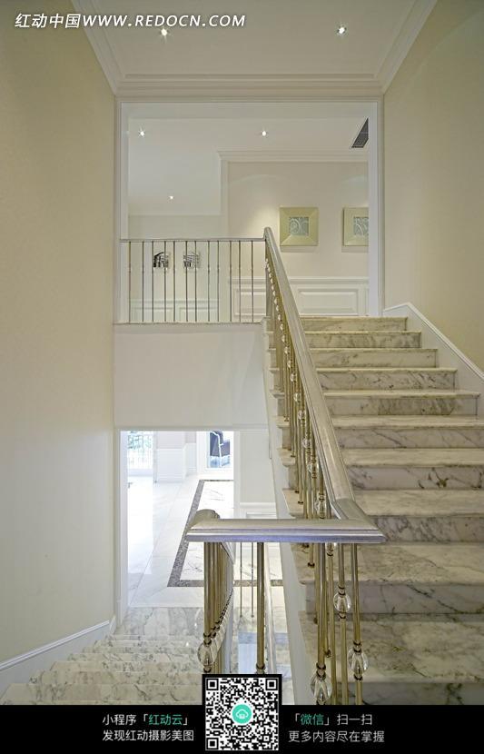 石纹楼梯构成的白色图片