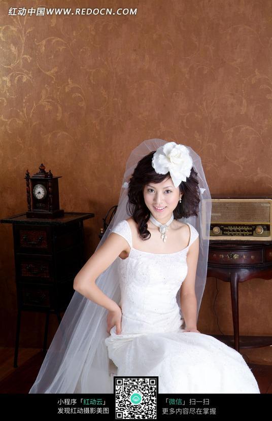 穿着白色婚纱微笑美女图片