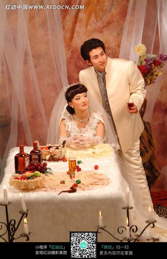 在餐桌前拍婚纱照的情侣图片