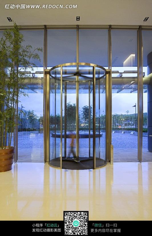 大厅里的旋转玻璃门图片