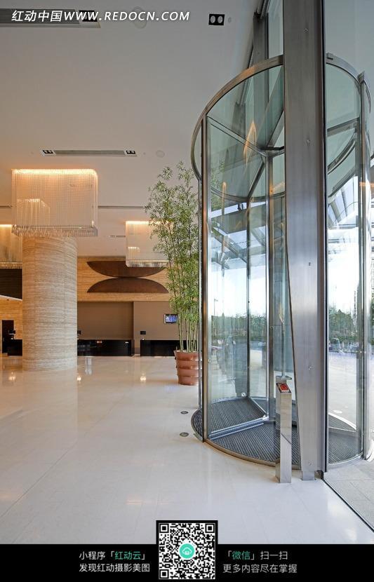大厅里的旋转玻璃门和圆形柱子