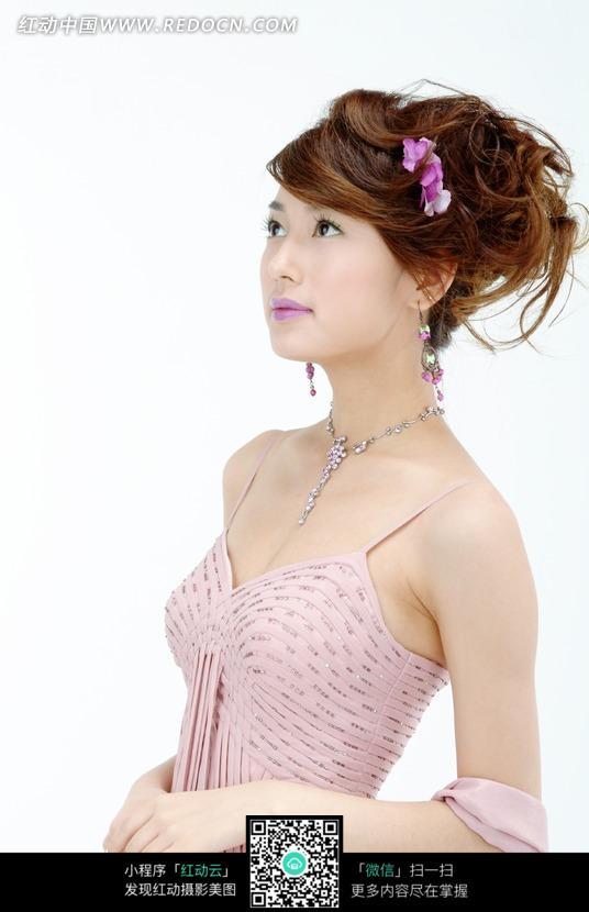 穿吊带裙的性感美女特写图片