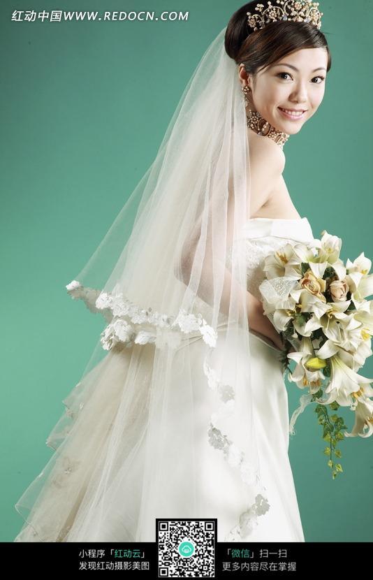女子 白色婚纱 头纱 新娘 清新 手捧鲜花 艺术摄影 人物素材 摄影图片图片