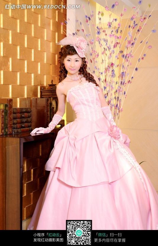 穿着粉色婚纱的美女图片