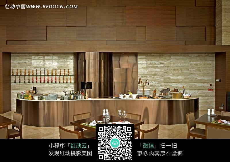 装饰豪华的酒店餐厅内精美桌椅和吧台