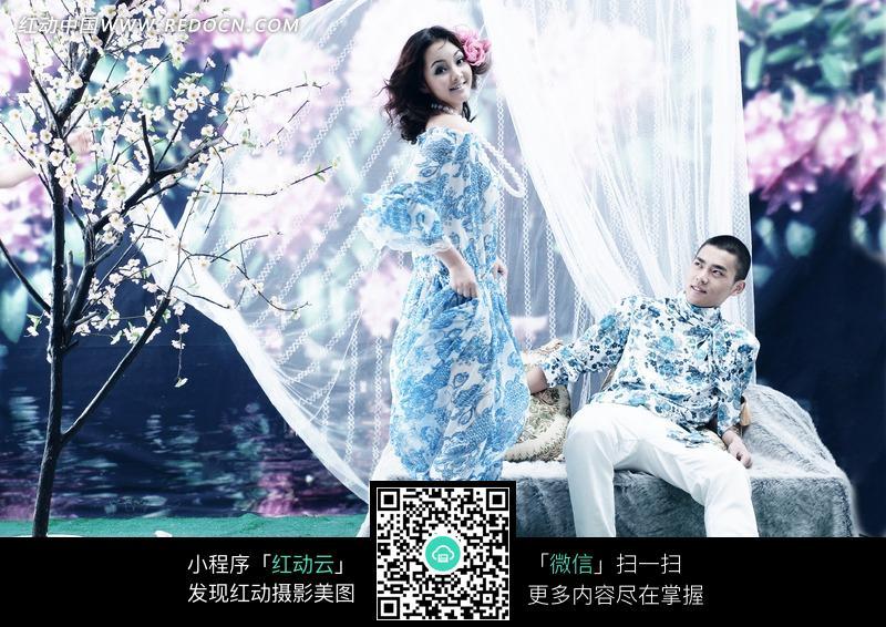 浪漫唯美樱花树前的情侣婚纱照图片