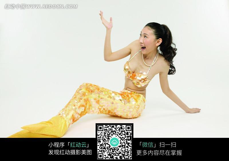 穿着美人鱼服饰的美女图片