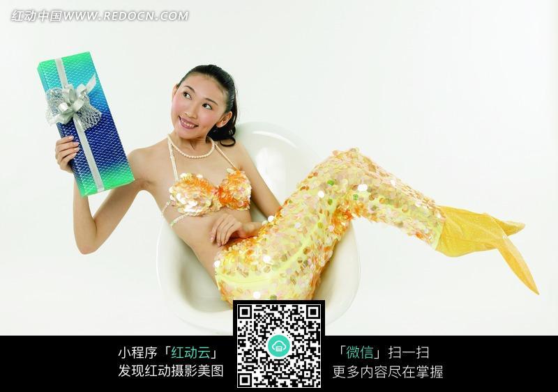 手拿礼盒穿美人鱼装的美女图片