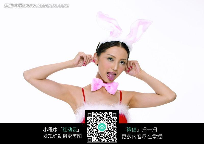 双手揪耳吐舌头的兔女郎图片 女性女人