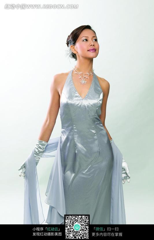 身穿银色礼服的漂亮美女素材图片