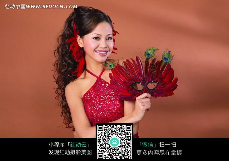 拿着面具的美女 拿着工具的面带笑容的女 拿着玫瑰花戴面具的人 拿着