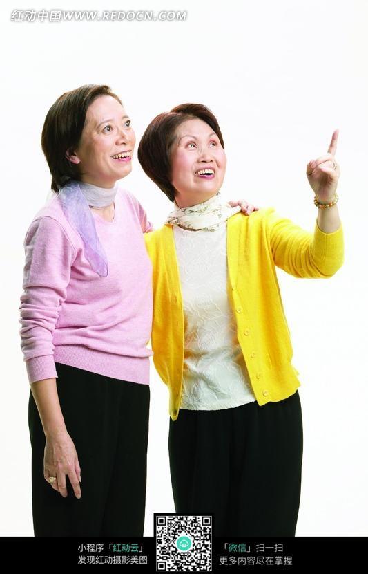 微笑看着上方的两个中老年女人图片