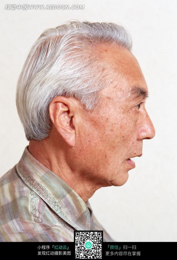 白发的老年男人侧面