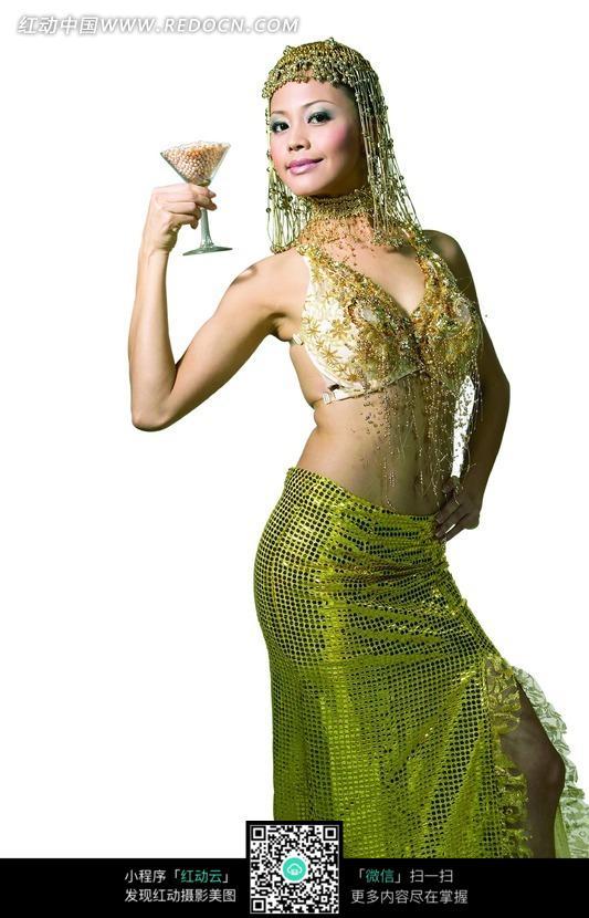 拿着酒杯叉腰微笑的泰国服饰美女图片
