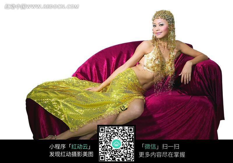 卧在红色沙发上的肚皮舞美女素材图片