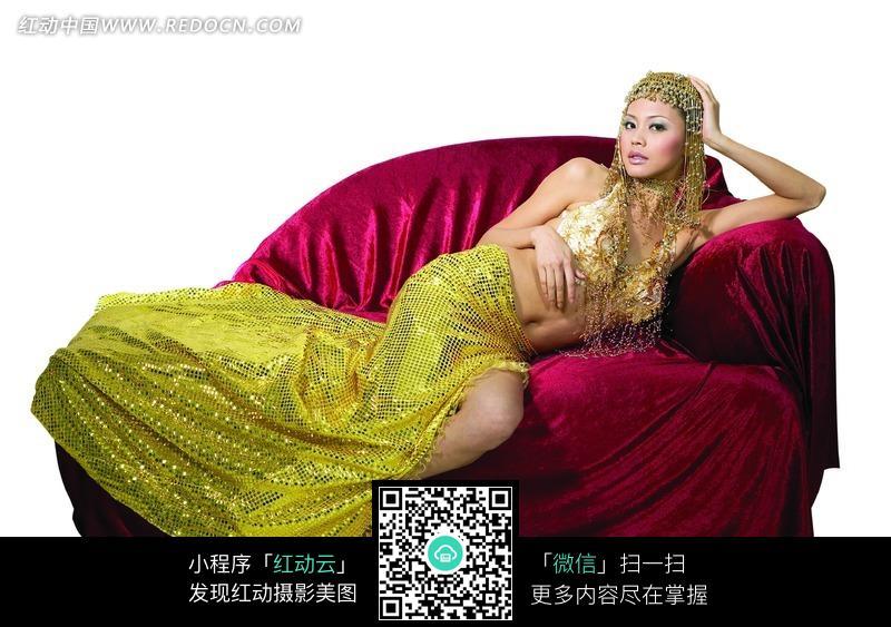 卧在红色沙发上的肚皮舞美女图片 人物图片素