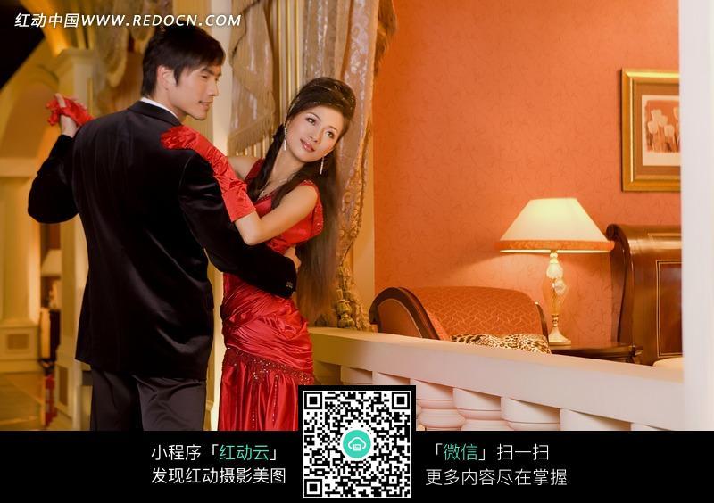 欧式家居里的帅哥和红礼服美女图片