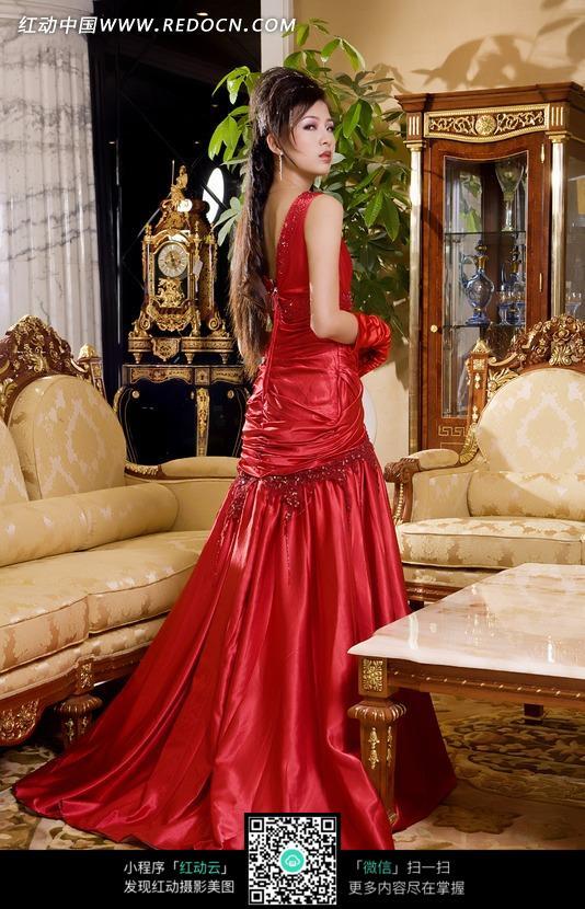欧式家居里站立的红色礼服美女图片