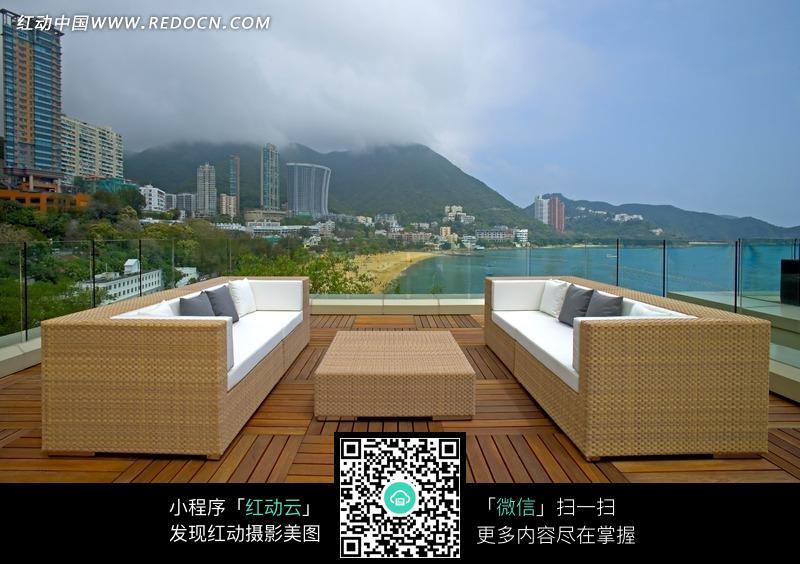 铺着木地板的海边观景天台图片