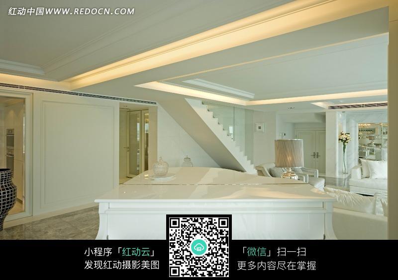 客厅里的白色钢琴和白色楼梯图片