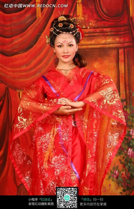 穿着红色喜服的古装美女