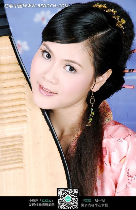 抱着琵琶的古装美女图片