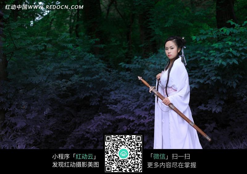 拿着剑的白衣古装美女