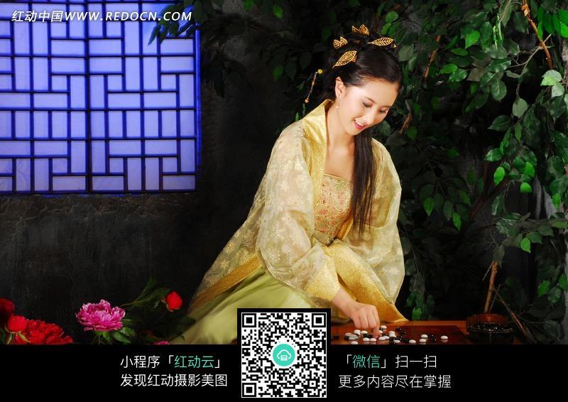 黄衣女子狂�_正在下棋的黄衣古装美女图片