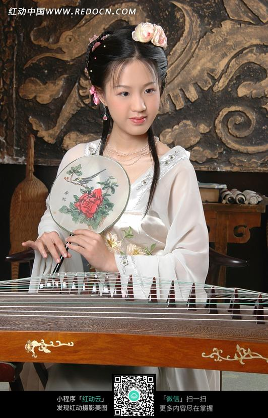 正在弹琵琶的古装美女素材