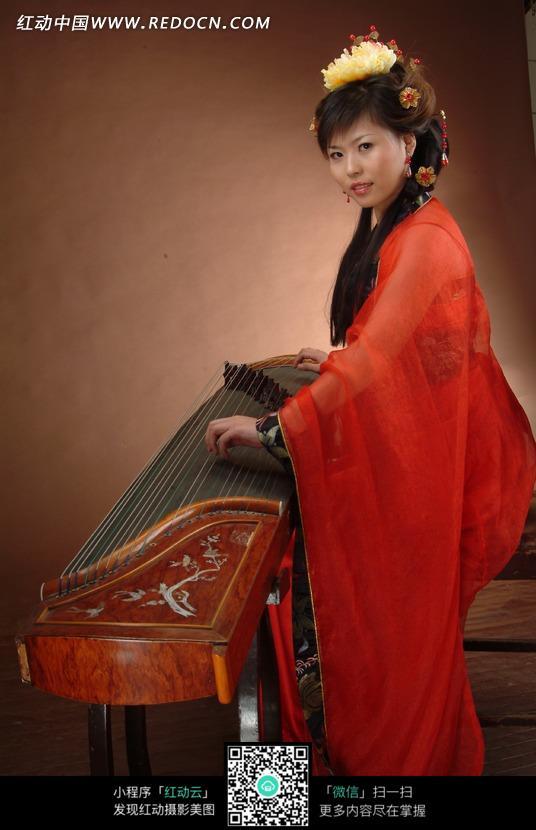 弹琴的红衣古装美女图片