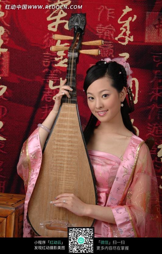 弹琵琶的古装美女