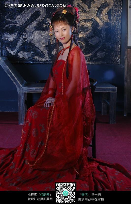 穿古装拍照的美女 展开对联的古装美女 右手提着红色灯笼的古装 右手