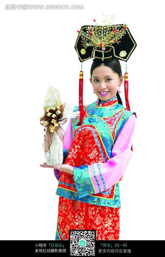 单脚站立的清朝古装美女_其他人物图片_红动手机版