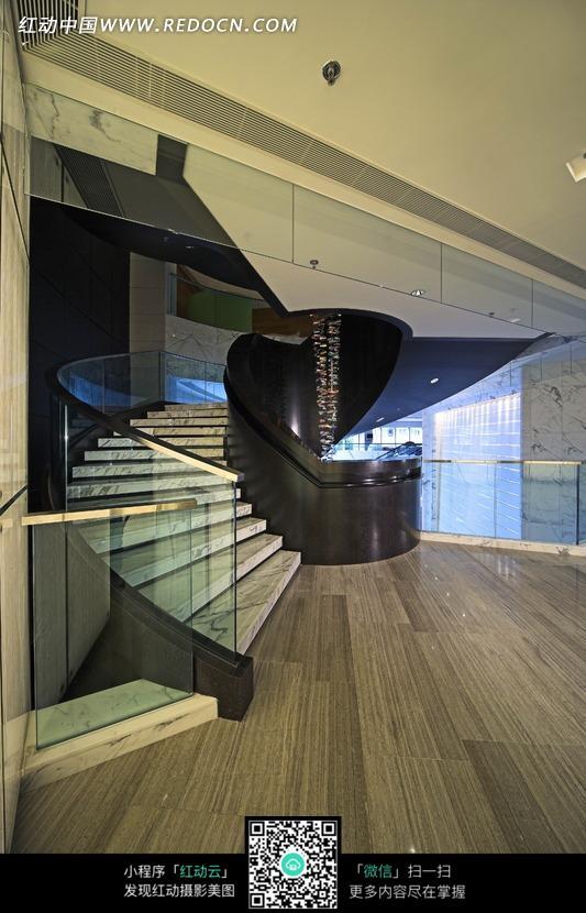 装饰着玻璃扶手的转角楼梯