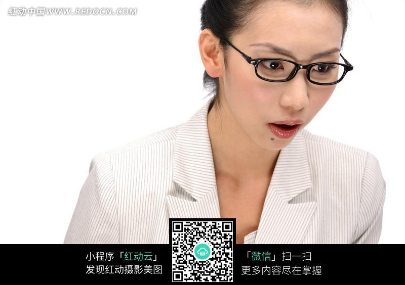 黑框眼镜低头吃惊表情的美女图片