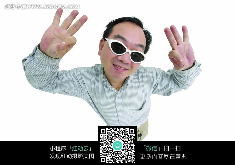 打ok手势戴眼镜的男士图片