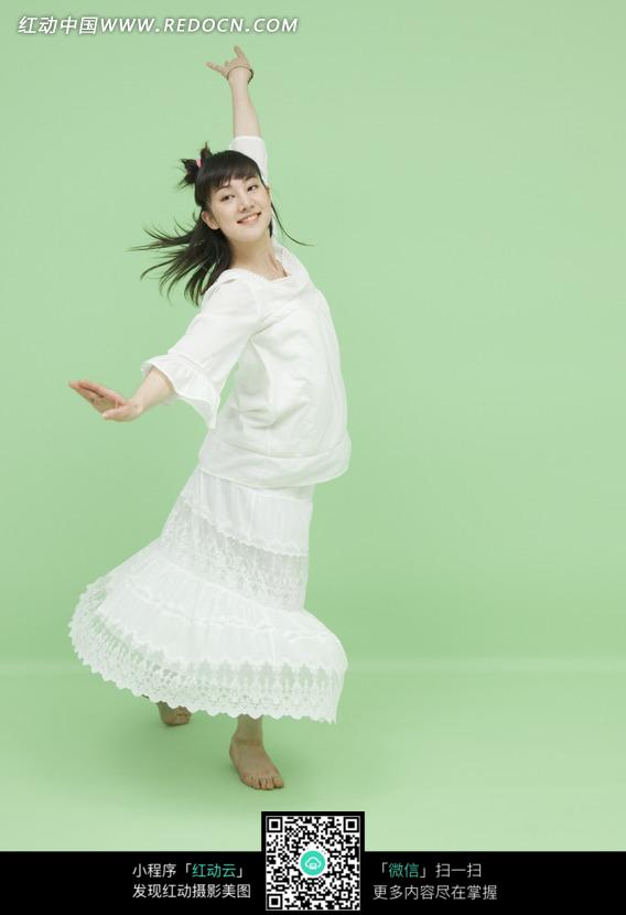旋转舞动的白衣女子
