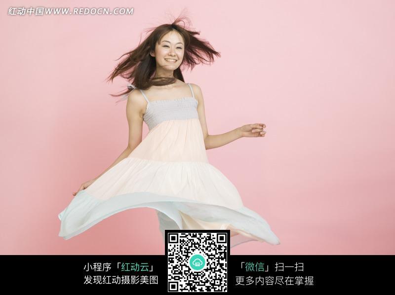 美女风吹裙子开心笑图片