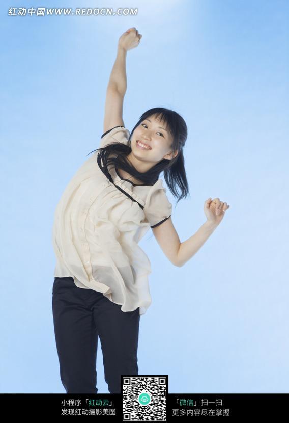 举手欢快的女孩照片图片